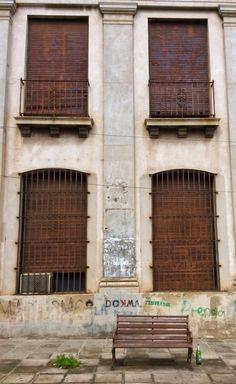 Ventanas y un banco en el centro de Asunción
