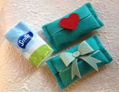 Portafazzoletti di carta... Felt Crafts Diy, Fabric Crafts, Sewing Projects, Projects To Try, Pioneer Gifts, Felt Gifts, Coffee Cozy, Tissue Holders, Handmade Bags
