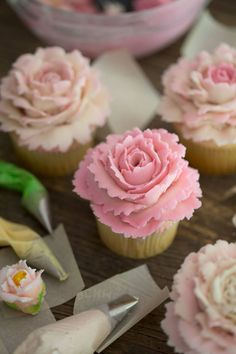 I walk you Step-by-step on how to make these rose cupcake for Mother's Day or any day of the year cupcakes Mothers Day Cupcakes, Valentine Day Cupcakes, Mothers Day Cake, Fun Cupcakes, Wedding Cupcakes, Heart Cupcakes, Flower Cupcakes, Valentine Treats, Icing Cupcakes