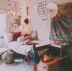 Cozying up boho dorm room, indie dorm room, diy bedroom, bedroom apar Indie Dorm Room, Boho Dorm Room, Cute Dorm Rooms, Bohemian Dorm, Hippie Dorm, Bohemian Bedrooms, Single Dorm Rooms, Bohemian Pillows, Deco Studio