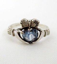 Кладдахское кольцо традиционное ирландское кольца, которое преподносится в знак дружбы, а также используется в качестве обручального кольца. Первое кольцо в таком оформлении было сделано в ирландской рыбацкой деревне Кладдах в графстве Голуэй. Кольцо изготавливается в форме пары рук, которые держат сердце, увенчанное короной. Сердце символизирует любовь, руки — дружбу (доверие), а корона — верность (лояльность).