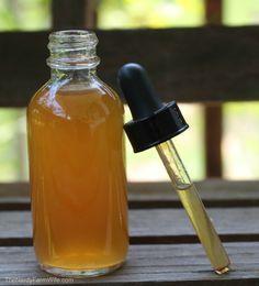 A tintura de gengibre ajuda a tratar náusea, dor de garganta, colesterol alto, câimbras, dor da artrite e gripe. Recomenda-se a mulheres grávidas e pra doenças biliares. Considerada segura, efeitos colaterais: gases, queimação no estômago e inchaço. Fazer: 1/2 x. de gengibre fresco picado. Num pote de vidro, boca larga, esterilizado, despeje 1 x. de vodca. Balance forte 1 min. todo dia por 1 semana. Coe, rolha, dura 2 anos em lugar fresco e arejado. USE 1 col. chá em 1 x. de água quente.