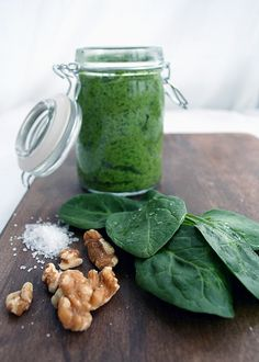 Spinach Pesto -- quick, cheap and unsuspectingly raw recipe! Have with zucchini pasta Raw Vegan Recipes, Clean Recipes, Healthy Recipes, Vegan Sauces, Vitamix Recipes, Vegan Food, Cherry Salsa, Pasta Dinners, Spinach Recipes