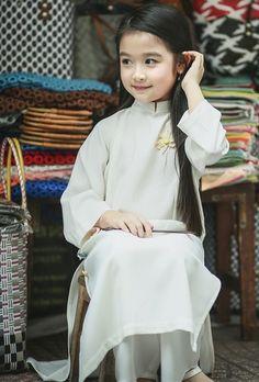 Girl in white Vietnamese Traditional Dress, Vietnamese Dress, Precious Children, Beautiful Children, Traditional Fashion, Traditional Dresses, Cute Kids, Cute Babies, Asian Kids