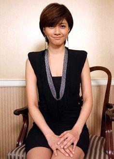 椅子に座っている内田有紀