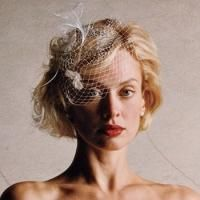 blonde wavy short bride hairstyle with 50s wedding look