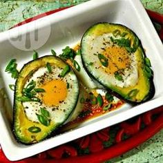 Gebackene Eier in Avocado (Paleo) - Der Kontrast der weichen, frischen Avocado und dem cremigen pochierten Ei ist perfekt. Und lecker und sättigend sind die Eier auch.@ de.allrecipes.com