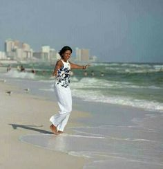 FLOTUS Michelle looking gorgeous in white on the beach*