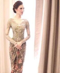 Wedding Party Outfits Inspiration Ideas For 2019 Vera Kebaya, Kebaya Lace, Kebaya Hijab, Kebaya Dress, Dress Brokat Modern, Kebaya Modern Dress, Kebaya Bali Modern, Batik Dress, Lace Dress