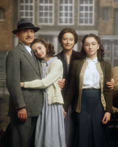 'The Frank Family' from the 2001 movie called Anne Frank: The Whole Story Otto Frank - Ben Kingsley Anne Frank - Hannah Taylor Gordon Edith Frank - Tatjana Blacher Margot Frank - Jessica Manley World History, World War, Jewish History, Ancient History, Margot Frank, Hannah Taylor, Cultura Pop, Nostalgia, Celebrity Weddings