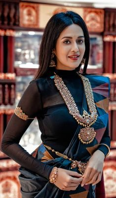 Ditch the Regular jewellery & try the new Offbeat Bridal Jewellery trend! Saree Blouse Patterns, Saree Blouse Designs, Indian Wedding Jewelry, Indian Bridal, Indian Dresses, Indian Outfits, Indian Jewellery Design, Jewelry Design, South Indian Jewellery