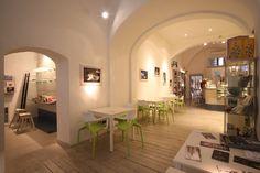 Ristrutturazione e interior design Cuculia, Libreria con Cucina. Edificio Antinori. Struttura del '400. Saletta e area expo.