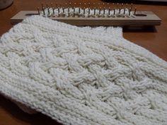 Apurados tejiendo para las fiestas!!! Aqui les traigo otro modelo de bufanda en telar, es blanca o color almendra.... beige no es pues es mu...