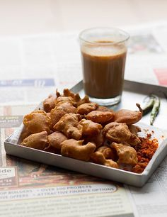 Aloo Pakora recipe is a crispy, delicious snack which is served with green chutney, chilies, dry garlic chutney and hot a cup of chai (tea). Indian Sweets, Indian Snacks, Indian Food Recipes, Vegan Recipes, Garlic Chutney, Mumbai Street Food, Pakora Recipes, Green Chutney, Tea Time Snacks