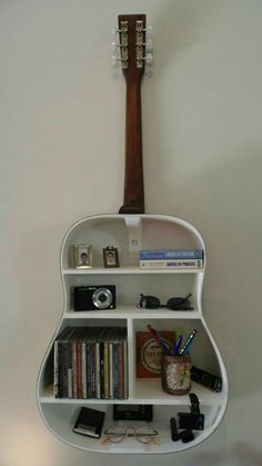 music musicphotography music music 🍾🙌 Turn bottles & jars into pieces of artwork! Love music and books? These creative floating bookshelves are for you. guitar shelf 8 More music room decoration ideas Running . Guitar Shelf, Guitar Case, Guitar Diy, Guitar Display, Guitar Crafts, Guitar Wall Art, Guitar Painting, Diy Casa, Music Decor