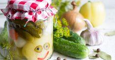 Ezzel a módszerrel egész évben friss marad a zamatos, házi készítésű vegyes savanyúság. Pickles, Cucumber, Food And Drink, Automata, Pickle, Zucchini, Pickling