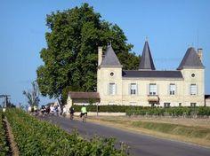 Le vignoble de Bordeaux - Guide tourisme, vacances & week-end en Gironde -Réputé dans le monde entier pour ses grands vins prestigieux, tels le saint-estèphe, le margaux, le saint-émilion, le pomerol ou encore le sauternes, le vignoble de Bordeaux est aussi, avec ses 117 200 hectares de vignes, ses plus de 8 000 châteaux et ses près de 10 000 viticulteurs, le plus grand vignoble AOC de France ! Constitué de six grands terroirs, que sont le Médoc, le Libournais, le Sauternais, les Graves…
