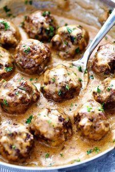 Les boulettes suédoises sont servies avec une sauce onctueuse
