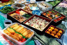 Hanami bento - Picnic floración de cerezos - Ingredientes: Onigiri - Temari sushi - Inari sushi o arroz cocido Acompañamientos: fruit sandiwch (bocadillo de nata y frutas) katsu sando (bocadillo de to