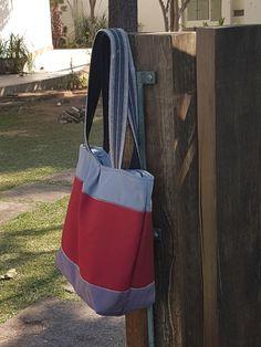 Bolsa de lona feminina.Ideal para notebook. Forrada, com bolso interno e fechamento em ziper. Presente ideal. Dia das mães, professoras. Discreta. Grande, cabe um monte de coisas.