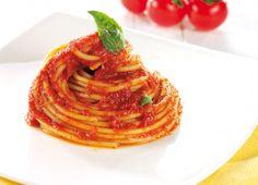 Spaghetti con sugo di pomodoro e basilico
