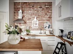 moderne Wandgestaltung Ideen Küche Backsteinwand Akzent - DEAVITA - Welcome to the World of Decor! Exposed Brick Kitchen, Brick Wall Kitchen, Kitchen Tiles, New Kitchen, Kitchen Decor, Kitchen White, Kitchen Wood, Kitchens With Brick Walls, Brick Tile Wall
