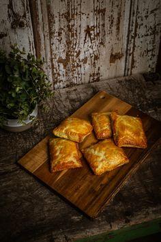 Spenótos-túrós táska recept | Street Kitchen Winter Food, Panna Cotta, Food And Drink, Bread, Cheese, Dulce De Leche, Brot, Baking, Breads
