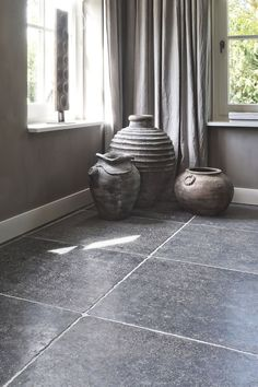 La Bourse is our manually outdated Belgian limestone floor. This bluestone floor gives an authentic look to your interior by the many shades of color . Natural Stone Wall, Natural Stone Flooring, Limestone Flooring, Stone Wallpaper, Floor Design, Grey Walls, Kitchen Flooring, Interior Design Living Room, Home Deco