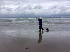Terschelling 2015. Deze nog jonge Sil heeft mooie herinneringen aan de vakantie op Terschelling. Strijdend met de elementen. Beach, Water, Outdoor, Gripe Water, Outdoors, The Beach, Beaches, Outdoor Games, The Great Outdoors