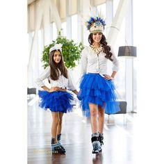 @laurasaizs y sandra preciosas con sus faldas de tul y sus Camboots!!! #penacho #plumas #faldas #falda #tul #caminoconmiestilo  #accesorio #calzado #camboots #azul #azulon #azulklein