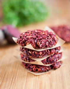 Zdravá verze karbanátků se dělá bez tuku v troubě, ale ani ze smažených nemusíte mít výčitky svědomí – jsou plné zdravých semínek, vloček a česneku; Greta Blumajerová