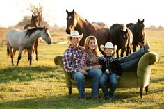 sitting on hay bale with hidden pan of grain or mineral block. Western Family Photos, Farm Family Pictures, Spring Family Pictures, Cute Family Photos, Outdoor Family Photos, Family Christmas Pictures, Fall Pictures, Country Family Photography, Cute Photography