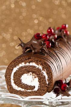 Riquísima receta de rollo de chocolate con crema mascarpone decorado con deliciosas frambuesas.