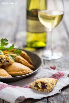 Nicest Things - Food, Interior, DIY: Empanadas mit Ziegenkäse, Mangoldpesto und badischem Wein
