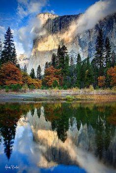 (Yosemite) Los Estados Unidos tiene muchos lugares bonitos. Muchas personas no reconocen la belleza de los montañas, parques, lagos, y playas. Estos son buenos lugares para vacaciones y me los encantan muchos.
