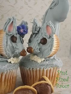 Squirrels in Love! I'm in love with these cupcakes!