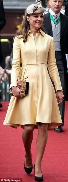 Pin for Later: Kate Middleton's Maternity Style Moments Just Keep Getting Better Kate Middleton Style She paired a plaid clutch with a yellow Emilia Wickstead coat dress. Kate Middleton Stil, Kate Middleton Photos, Duchesse Kate, Herzogin Von Cambridge, Princesa Kate Middleton, Prinz William, Prince William And Kate, Princess Charlotte, Mellow Yellow