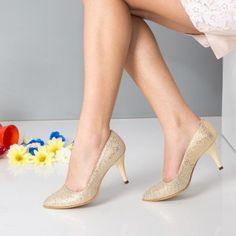 Incaltaminte Primavara Dama la Super pret. In concluzie poti sa alegi o pereche de pantofi stiletto :) sau niste sandale cu platforma daca esti avangardista si fashionista inraita. ;) Daca esti mai molcoma si nu dai lejeritatea pe nimic altceva, poti opta pentru balerini sau mocasini. #incaltaminte #pantofi #balerini #mocasini Mai, Kitten Heels, Pumps, Shoes, Fashion, Moda, Zapatos, Shoes Outlet, Fashion Styles