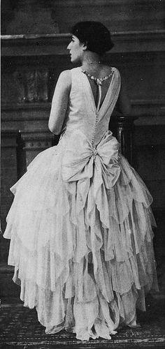 """Les Modes (Paris) May 1928 """"bouquetiere"""" robe du soir par Boue Soeurs."""