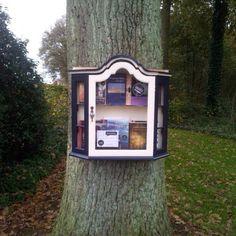 De minibieb aan een boom. Van Schuylenburchweg 6, Hoog-Keppel