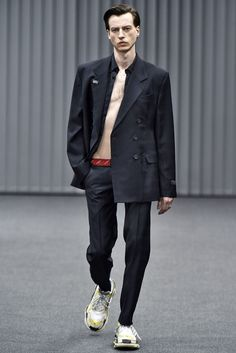 See all the Collection photos from Balenciaga Autumn/Winter 2017 Menswear now on British Vogue Winter Outfits Casual Cold, Winter Outfit For Teen Girls, Winter Outfits For School, Fashion Week, Fashion Show, Mens Fashion, Balenciaga Sneakers, Prince Charming, Editorial Fashion