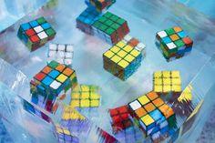 Inserción de cubos de Rubik en bloques de hielo ¿Pudiste armarlo alguna vez?