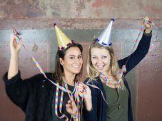 Die nächste Party kommt bestimmt. Und gerade zu Silvester sind solche glitzernden Partyhüte ein Muss. Nastja von DIY Eule zeigt Dir, wie Du diese ganz einfach selber basteln kannst. Ein toller Hingucker für jede Party.