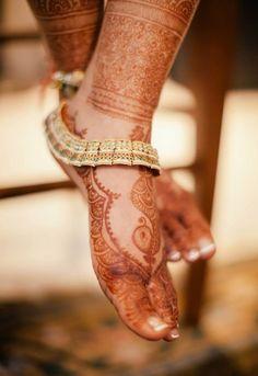 Bridal Payal or anklet. Bridal henna or mehndi designs Henna Designs, Anklet Designs, Tattoo Designs, Gold Anklet, Silver Anklets, Anklet Jewelry, Silver Jewelry, Silver Payal, Jewelry Bracelets