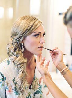 A super romantic bridal look - Die Arbeit vor Ort ist an dem Tag der Hochzeit von großem Wert. Ohne Stress wird das geprobte Braut Make-Up zwischen Styling und Sekt fertig gestellt.