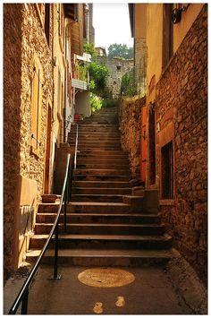 Charmant escalier d'un village de Provence
