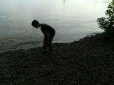 El niño frente al lago