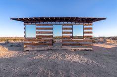Com espelhos e luzes LED, cabine reflete cores, luzes e movimento do deserto
