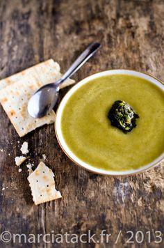 Une recette de soupe de courgette avec du basilic pour prolonger l'été, à déguster chaude