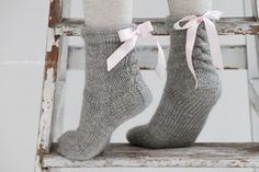 anana: Ribbonz eli hupparisukat satiininauhoilla [ohje] Diy Crochet And Knitting, Knitting For Kids, Easy Knitting, Knitting Socks, Knitting Projects, Woolen Socks, Embroidery Hearts, Sock Crafts, Crochet Slippers